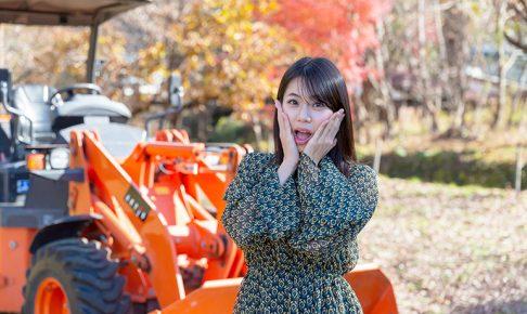 建設系転職サイトジョブケンのイメージガール鈴木ふみ奈が重機を体験