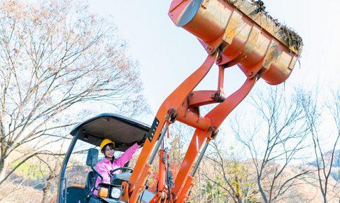 ジョブケンイメージガール鈴木ふみ奈さんがホイールローダーを操作